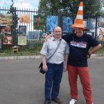 Директор выставки ) и художник Богдан Кондрук