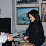 Вручение Приза за 2-е место в Конурсе_В мире животных_художнику Евгении Негоде