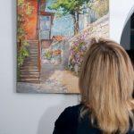 Гости созерцают мастерскую живопись