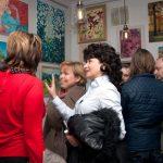 Художник Елена Жигилевич рассказывает о своих картинах гостям Выставки