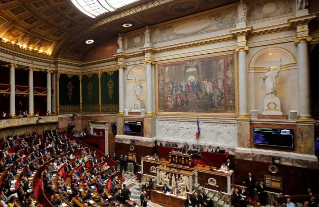 Парламент Франции с гобеленом фрески Рафаэля- Афинская школа