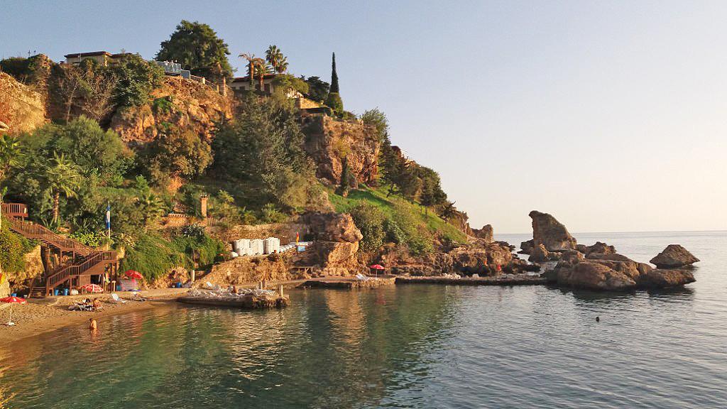 Фото-Здесь за скалами пляж Афродиты. туда по подземному туннелю бегали наложницы султана с дома купаться.