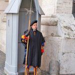 Ватикан-собор св.Петра,гвардеец на страже Папы