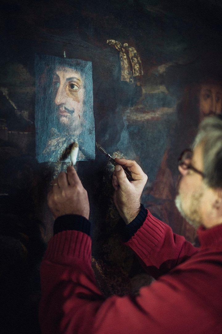 Бенуа Янсон, реставрирующий фрагмент картины