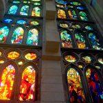 Внутри Саграда Фамилия-витражное великолепие15