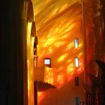 Внутри Саграда Фамилия-витражное великолепие, отражения