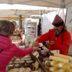 Монастырская ярмарка -колоритный продавец испанского сыра отрезает на пробу-Очень вкусно ! )