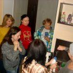 Хозяйка магазина свечей Яна проводит мастер-класс