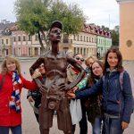 Памятник уставшему туристу