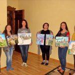 Красавицы-художницы со своими эскизами